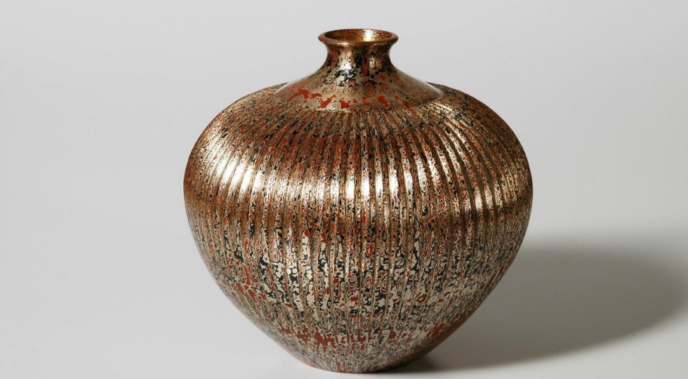 Wood grain textured vase in copper, gold and shakudo by Tamagawa Norio
