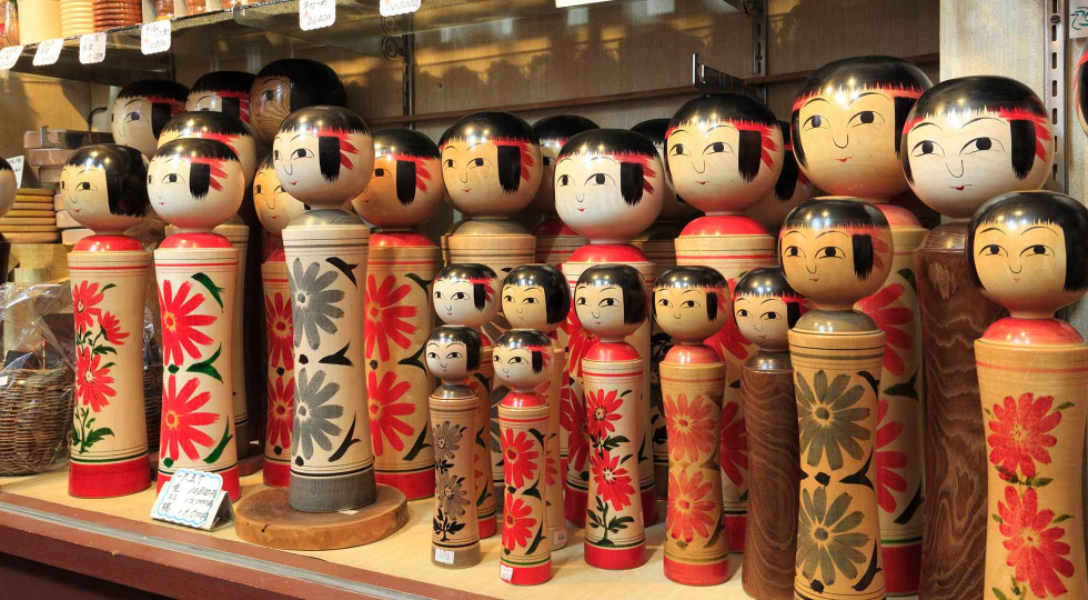 kokeshi dolls in shop 1960x1090